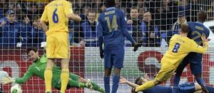 Lloris ne pourra que freiner le ballon sur la frappe de Zozoulia (Source : Le Parisien)